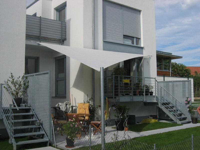 sitzecke in kleinen g rten so wird s auf kleinem raum gem tlich balkon sichtschutz. Black Bedroom Furniture Sets. Home Design Ideas