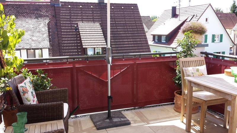 balkon tipp zwei bereiche durch geschickt eingesetzte deko elemente balkon sichtschutz. Black Bedroom Furniture Sets. Home Design Ideas